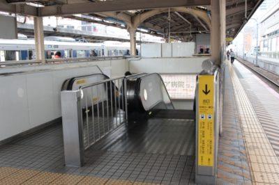 JR三ノ宮駅のプラットホームから中央口改札側・東口改札側へ下りる階段
