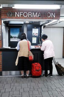 阪急烏丸駅「西改札口」前の観光案内所