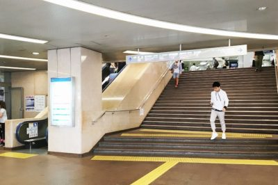 サンチカからJR三ノ宮駅「西口改札」へと向かう大階段