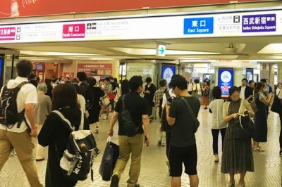 JR新宿駅「西口」改札から丸ノ内線新宿駅「西改札」へ向かう通路
