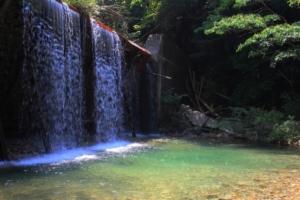 宇曽川ダムと宇曽川渓谷|無料で楽しめるエメラルド色の川遊びスポット!